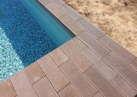 Bazénový lem a dlažba – imitace exotického dřeva